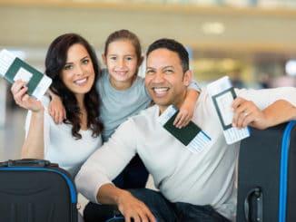 Familie mit Visa und Flugtickets