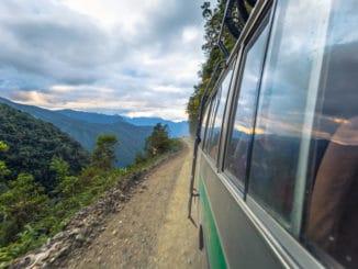 Busfahrt am steilen Pass in Bolivien