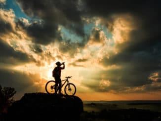 Radfahrer auf einem Berg in Südamerika