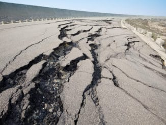 Durch Erdbeben zerstörte Straße in Peru