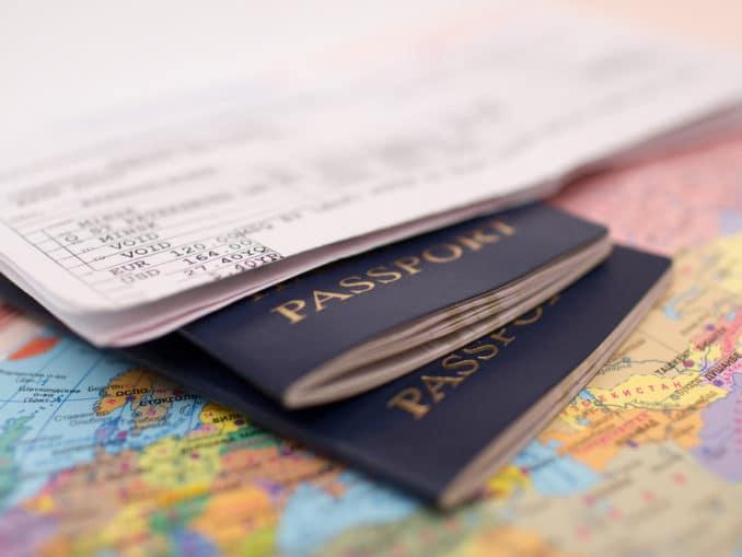Reisepässe auf Weltkarte